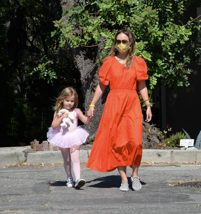 Olivia Wilde walking with her daughter in Los Angeles