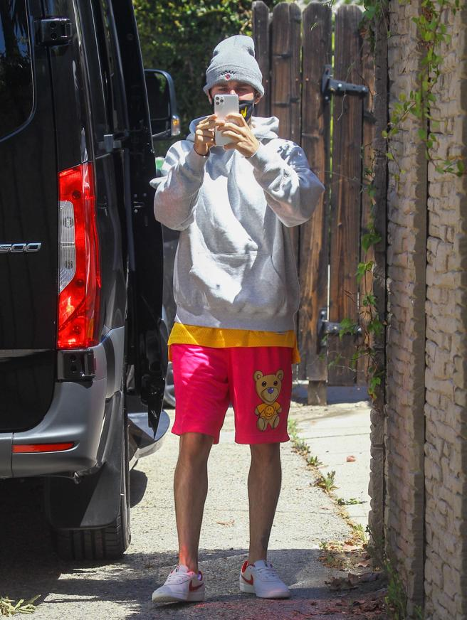 Justin Bieber photo to the paparazzi in Los Angeles