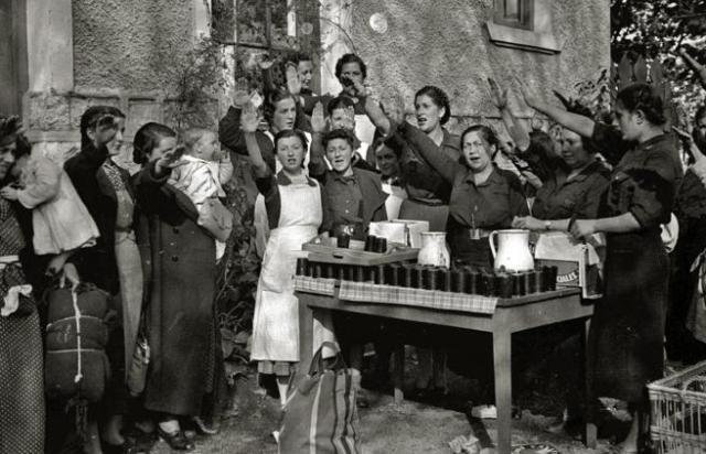 Reparto de comida por mujeres de la Sección Femenina.