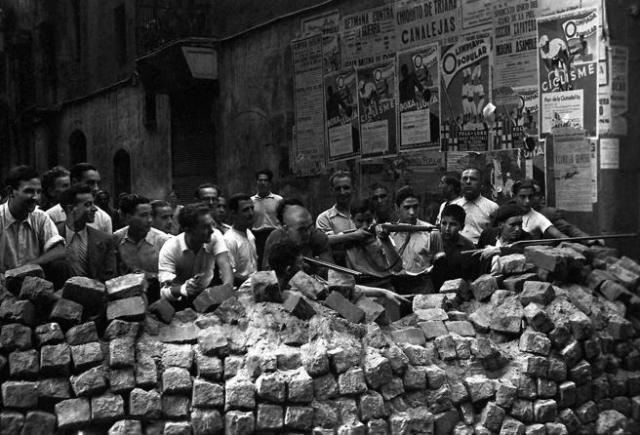 Barricada en Barcelona un día después del golpe de Estado del 18 de julio.