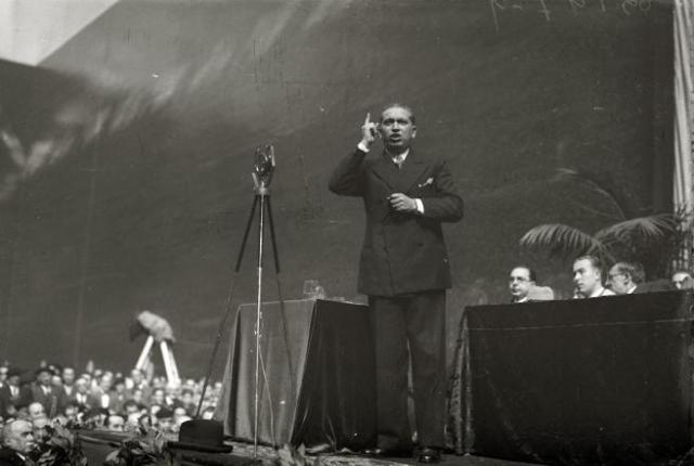 José Calvo Sotelo hablando en un mitin.