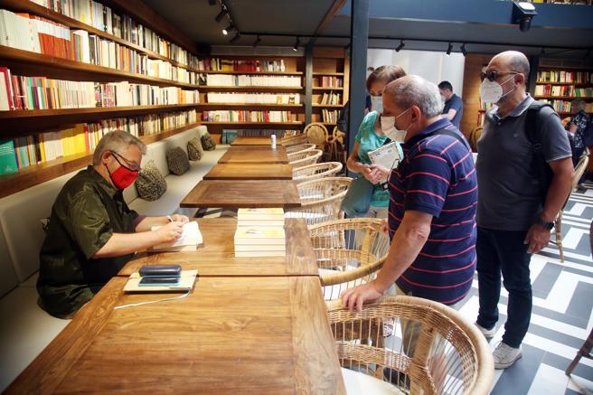 Màrius Serra signing copies of his book