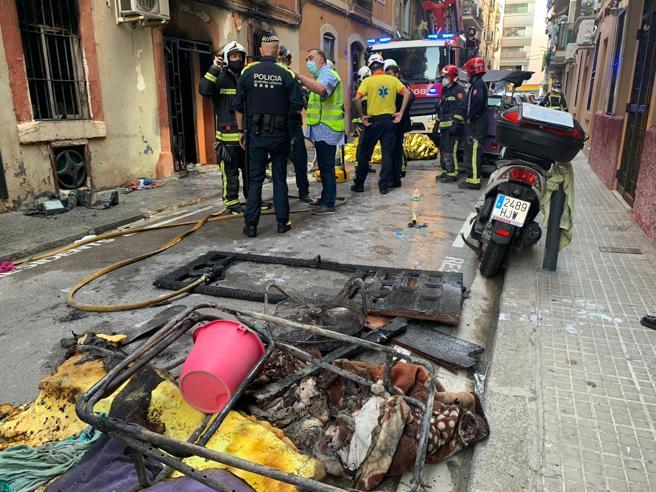 El fuego se declaró en los bajos de un edificio de la Barceloneta