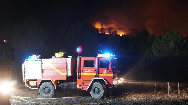 El incendio que afecta a la Sierra de la Silla, entre Mula y Bullas avanza sin poder ser controlado todavía por los casi 200 efectivos terrestres y aéreos desplegados en la zona.