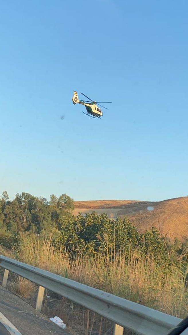 Un helicóptero de cuerpo participa en la búsqueda