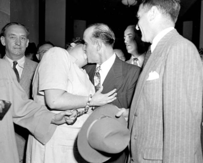 Ryamond Fernández y Martha Beck se besan tras una de las sesiones del juicio (marzo 1949)