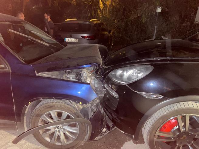 Un coche de alta potencia de una banda narco impacta frontalmente contra un vehículo camuflado de la Guardia Civil en Estepona