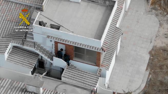 Entrada de la Guardia Civil en uno de los inmuebles registrados durante la operación