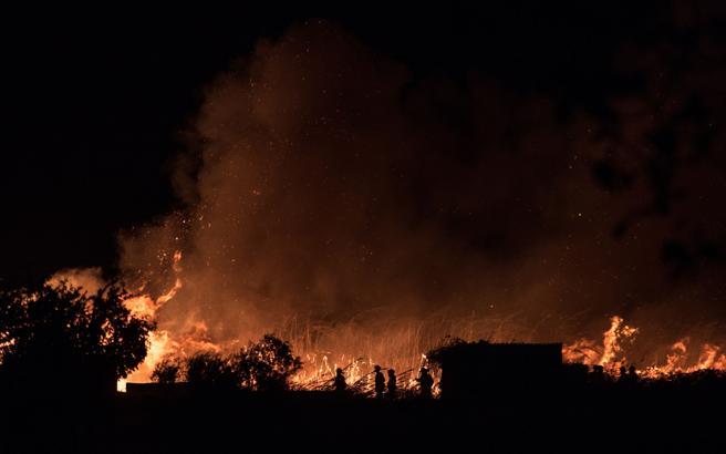 Bomberos tratan de sofocar las llamas de un incendio de grandes proporciones