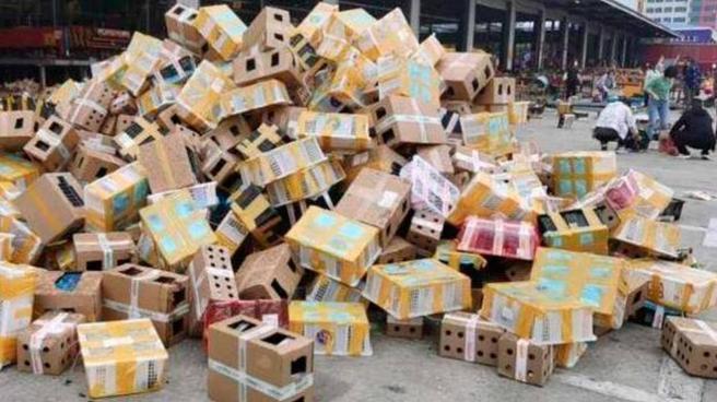 Cajas en envio de animales amontonadas en un centro logístico en China