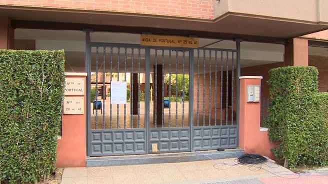 Puerta principal que da acceso a los bloques de la avenida Portuagal de Leganés donde ocurrieron los hechos