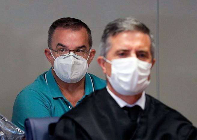 Salvador, en segundo plano, de azul, asiste a la primera sesión del juicio contra él por matar al marido de su examante, también acusada