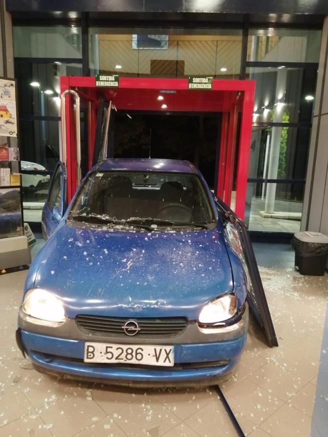 Un conductor ebrio ha empotrado su coche en la entrada de la comisaria de Mossos en Ripoll