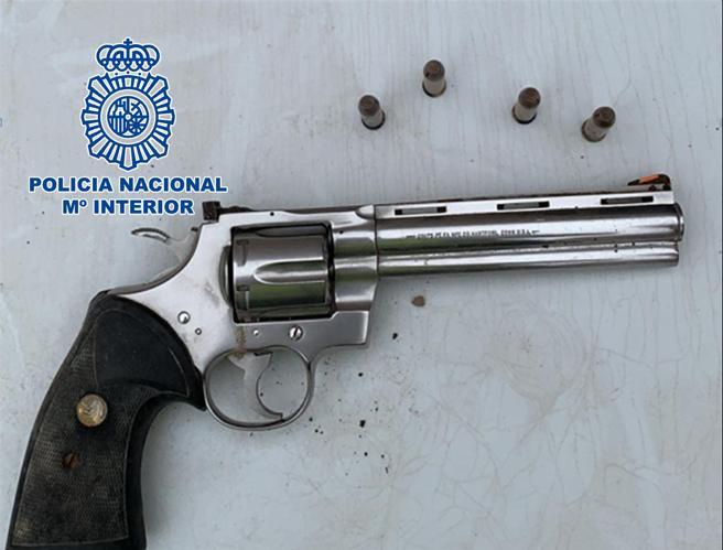 Revólver localizado por la Policía Nacional, enterrado en un jardín y que podría guardar relación con la muerte de la periodista Veronica Guerin