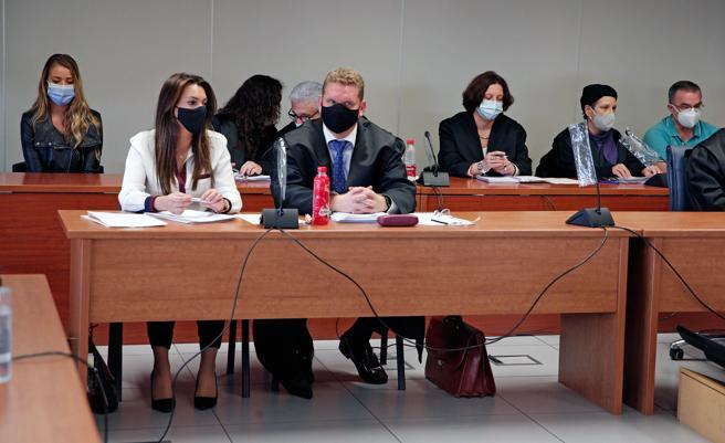 Los dos acusados, en extremos opuestos del banquillo de los acusados, durante el juicio