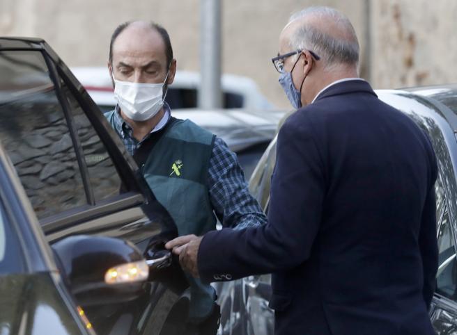 Agentes de la Guardia Civil acompañan al alcalde de Cabrera de Mar, Jordi Mir, tras ser detenido
