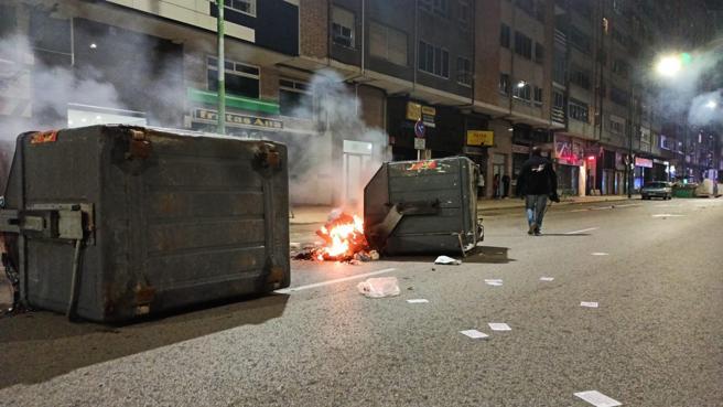 Contenedores quemados en el barrio burgalés de Gamonal