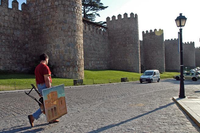 La víctima fue abordada por el timador mientras paseaba por la calles de Ávila