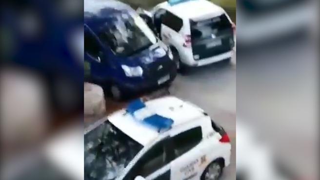 Momento en que el vehículo del sospechoso pasa entre dos coches patrullas y logra zafarse de ese punto.