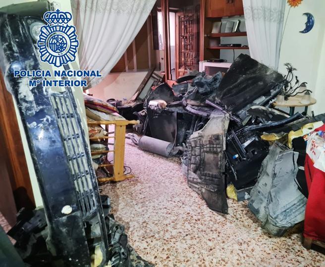 Paulatina recuperación de las partes del turismo de la víctima, por los pasillos de la casa de Pinoso donde se ocultaban