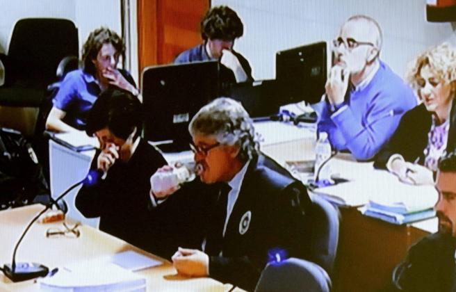 Imagen institucional de televisión de la sala donde se celebra el juicio a Rosario Porto (izquierda) y Alfonso Basterra, (detrás)