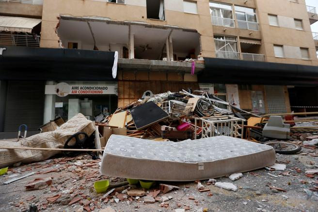 GRAF1532. TORREVIEJA (ALICANTE), 19/11/2020.- Vista de los escombros este jueves tras gran explosión de gas butano registrada la pasada madrugada en el interior de una vivienda de Torrevieja, posiblemente provocada y que por el momento no ha dejado heridos, aunque las autoridades tratan de buscar al propietario para determinar su posible implicación en el siniestro. EFE/ Manuel Lorenzo