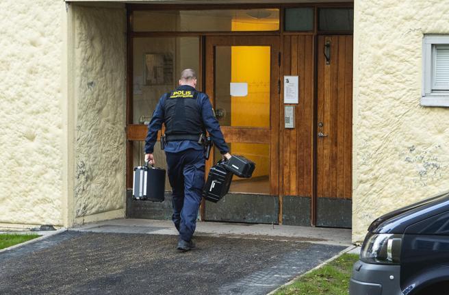 Técnicos de policía examinan un apartamento en Haninge, Suecia, el 1 de diciembre de 2020