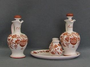 """Oliera in ceramica decorata a """"Ruggine"""" come da tradizione romagnola, insieme con aceto, pepe, sale e vassoietto ovale formano un grazioso servizio per la tavola"""