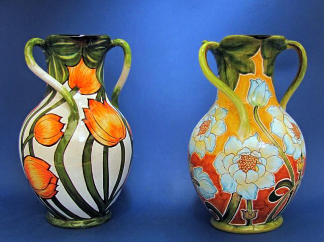 Coppia di vasi in ceramica dipinti a mano in stile Liberty