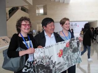 Inaugurazione della mostra a Luoyang - il Sindaco Artsita Wang ci omaggia di un suo dipinto
