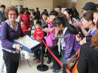 Laura Silvagni painting during the exhibition in Luoyang