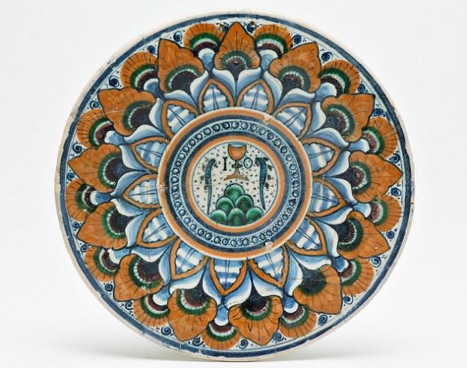 piatto in stile Severo decorato a Pavona