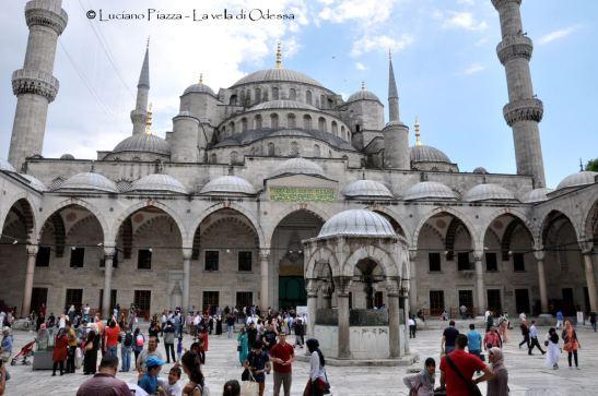 Turchia, Istanbul: il cortile della moschea blu.