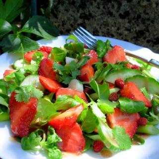 Strawberry and Spinach Salad with Mesclun Leaves