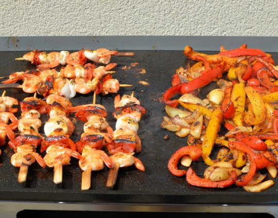 Spanish peppers and skewers, cooking side by side