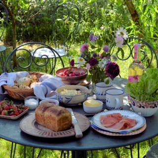 Get Summer Started with a Picnic in your Garden with Lots of Picnic Recipes