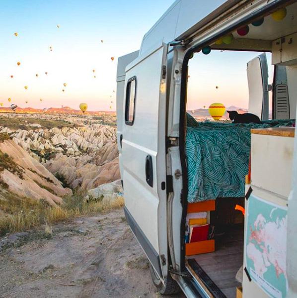 nomadi digitali a bordo di un van