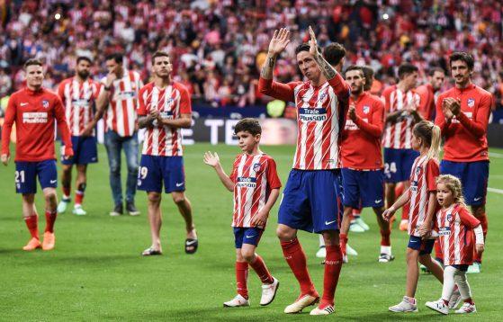 Fernando Torres, dando la última vuelta de honor al Metropolitano. Foto: Rubén de la Fuente