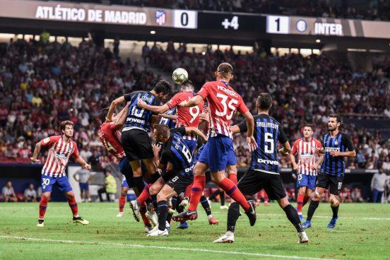 Kalinic intenta un remate de cabeza en el amistoso ante el Inter. Foto: RUBÉN DE LA FUENTE