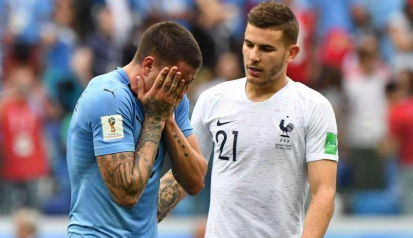 Lucas consuela a Giménez tras su eliminación en el Mundial. Foto: AFP
