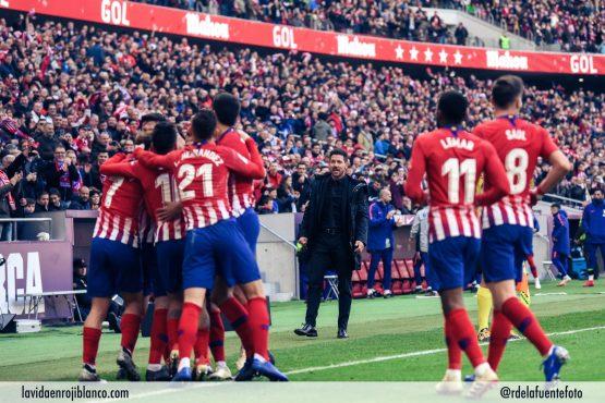 Simeone al fondo celebrando un gol al Alavés. Foto: Rubén de la Fuente