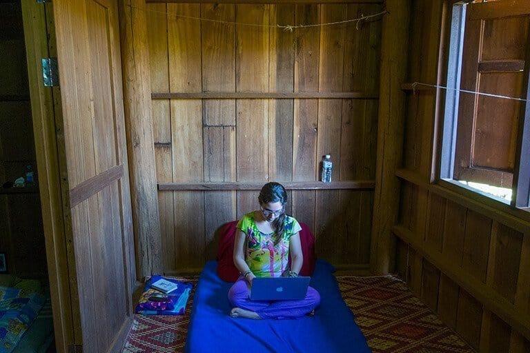 Esta fue una de mis oficinas: un colchon en el suelo en una cabaña de madera en Tailandia; La Meca de los nómadas digitales.