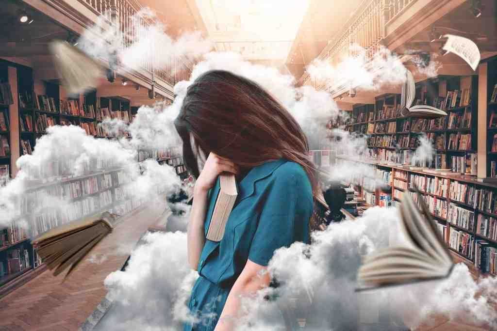 Una mujer en la biblioteca, aprovechando el efecto trinquete