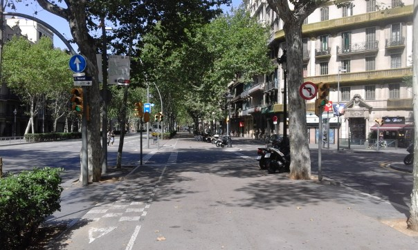 In pedestrian area, between access road and main road (Gran Via)