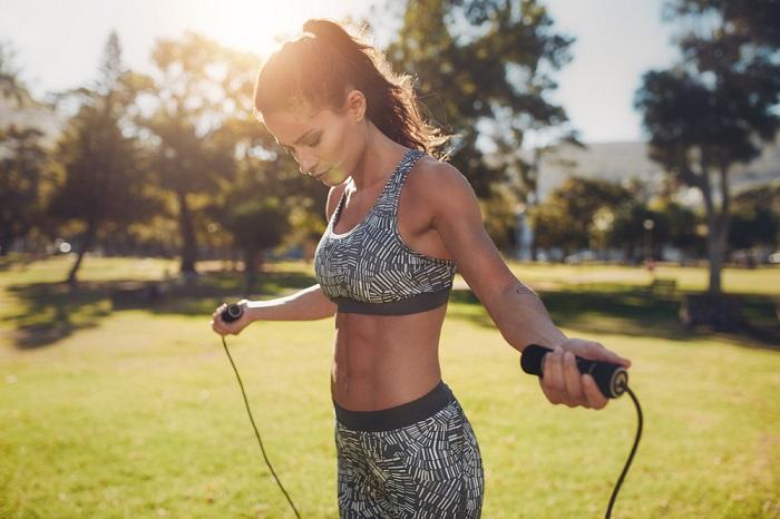 Saltar la cuerda para reafirmar el abdomen y ms beneficios