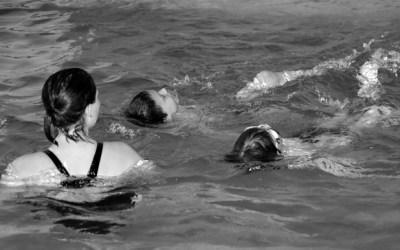 à la piscine…