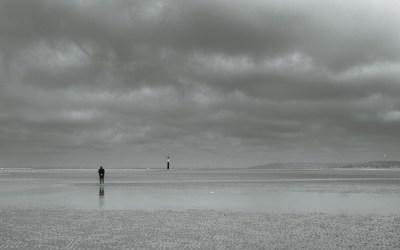 Homme attendant la mer