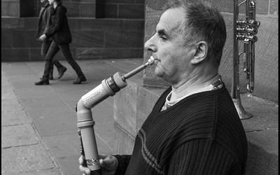 l'homme qui joue du tuyau