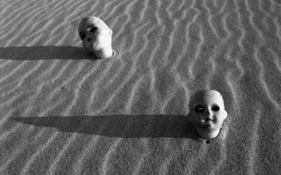 Au bord de la mer, vaguelettes de sable formées par le vent