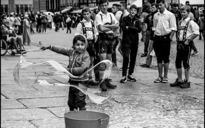 L'enfant qui fait des bulles